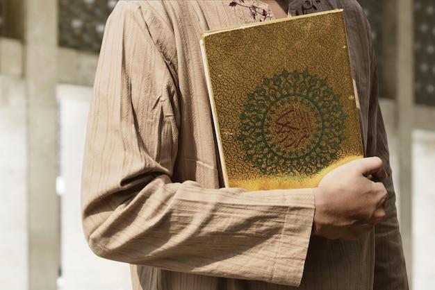 Homme musulman tenant le coran