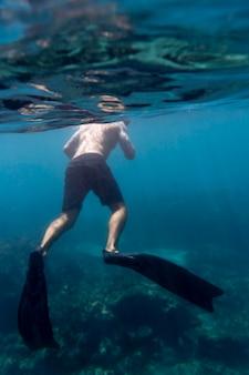 Homme nageant sous l'eau