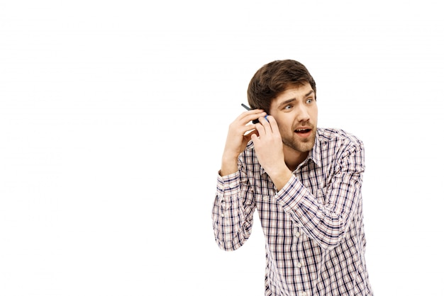 L'homme ne peut pas entendre, tenir un talkie-walkie près de l'oreille
