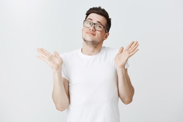 L'homme ne veut pas participer, lève les mains et sourit, ne peut pas aider, ne sait rien