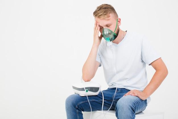 Homme avec nébuliseur d'asthme