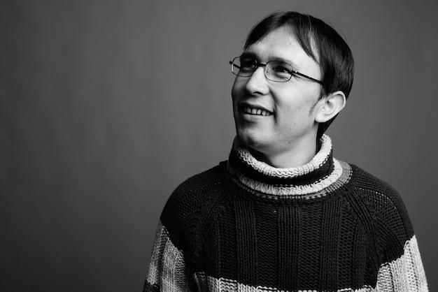 Homme nerd asiatique portant un pull à col roulé