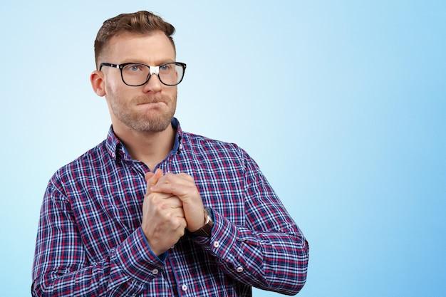 Homme nerd à lunettes