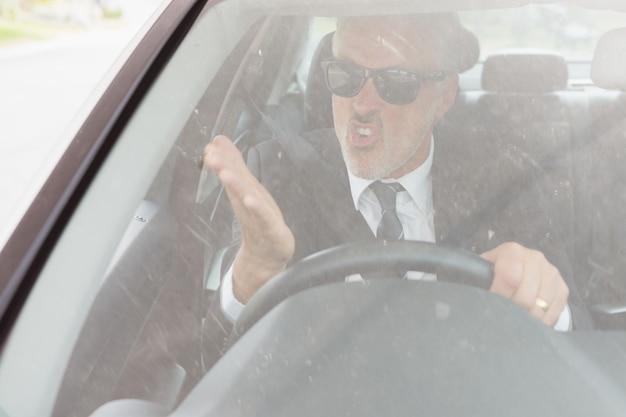 Homme nerveux assis au volant
