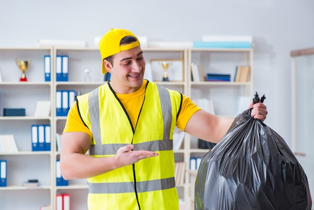 Homme, nettoyage, bureau, tenue, sac poubelle