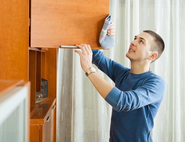 Homme, nettoyage, meubles en bois
