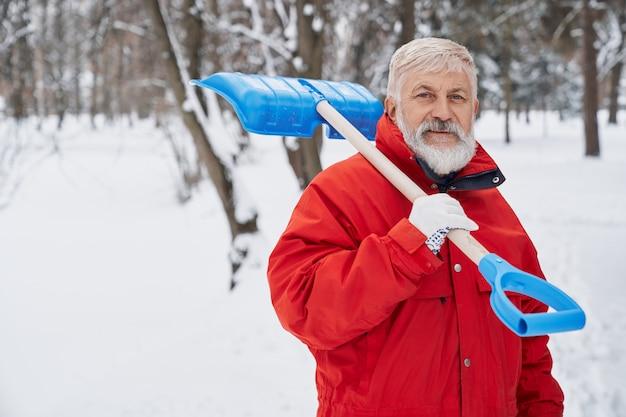 Homme, nettoyage, parc, neige