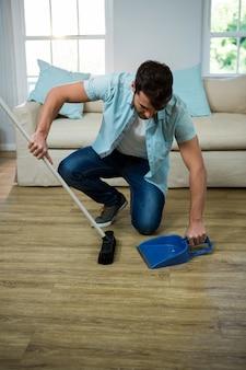 Homme, nettoyage, plancher, balai, poussière, ramasseur