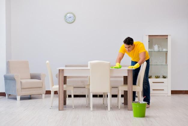 Homme nettoyant la maison aidant sa femme