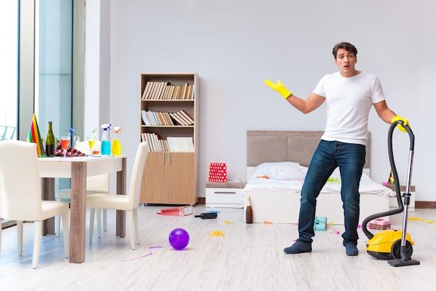 Homme nettoyant la maison après la fête de noël