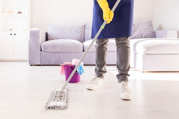 Homme nettoyant sa maison