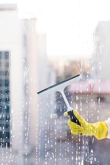 Homme nettoyant la vitre