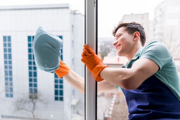 Homme nettoyant les vitres