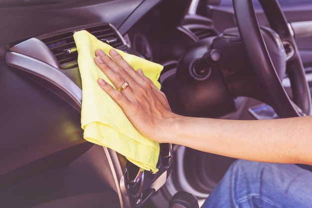 Homme nettoyant voiture avec chiffon en microfibre
