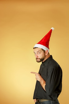 L'homme de noël sérieux portant un bonnet de noel