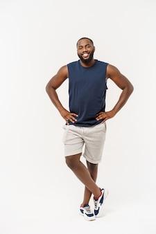 Homme noir africain de fitness jeune dans les vêtements de sport acclamant insouciant et excité, concept de victoire.
