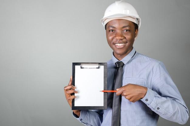 Un homme noir afro-américain travailleur de la construction