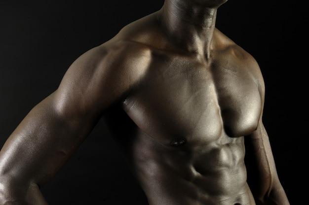 Un homme noir au corps musclé