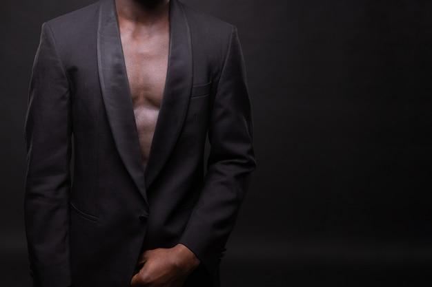 Homme noir beau et musclé dans l'obscurité