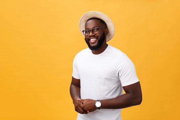 Homme noir beau et musclé avec tête rasée, bras croisés et expression de bonne humeur