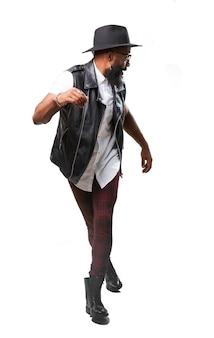 L'homme noir danse chapeau