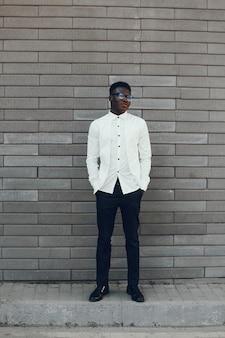 Homme noir élégant