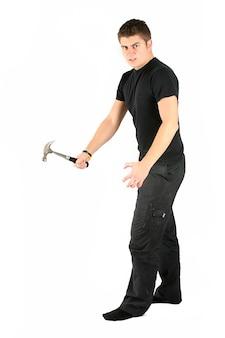 L'homme en noir est en colère contre le marteau à la main