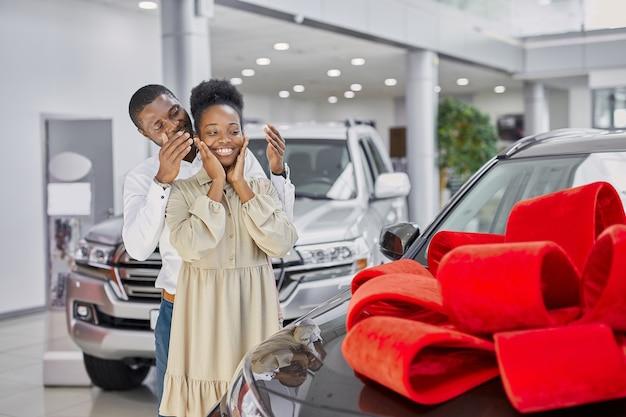 Un homme noir gentil a donné une voiture à sa femme