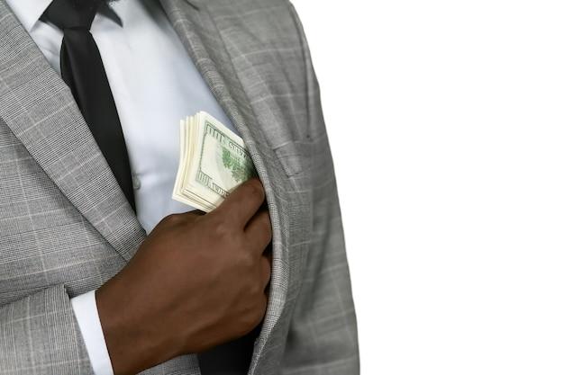 L'homme noir met de l'argent de côté. restez prudent. un fait agréable à admettre. ne montrez pas le plus précieux.