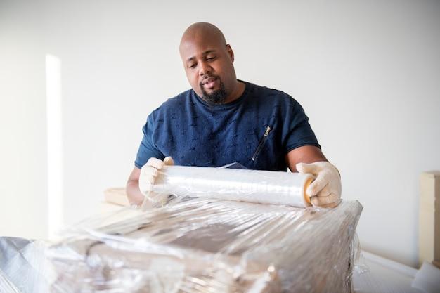 Homme noir, meubles en mouvement