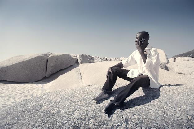 Homme noir parlant sur un téléphone mobile