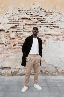 Homme noir plein coup posant