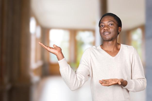 Homme noir pointant vers l'espace