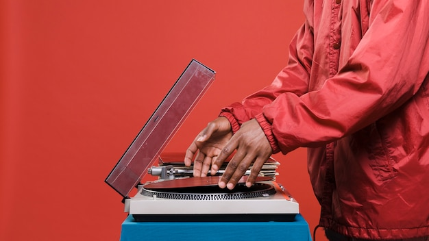 Homme noir posant avec des vinyles