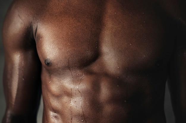 Homme noir très en forme et athlétique