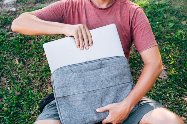 Homme nomade numérique sauver l'ordinateur portable