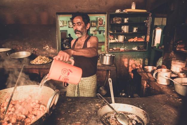 Homme non identifié travaillant dans le magasin de thé