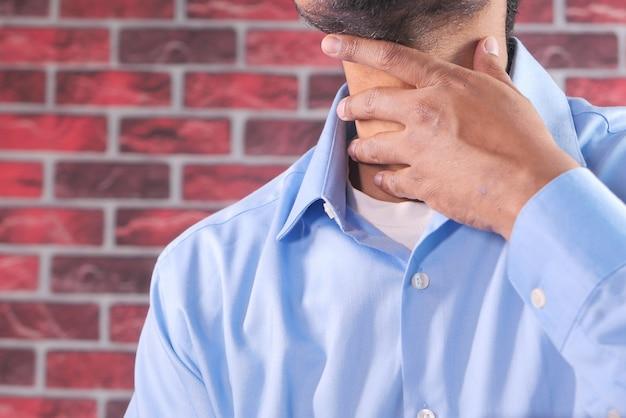 Homme non reconnu souffrant de douleurs à la gorge close up