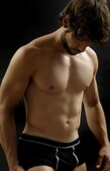 Homme nu montrant la forme de son corps