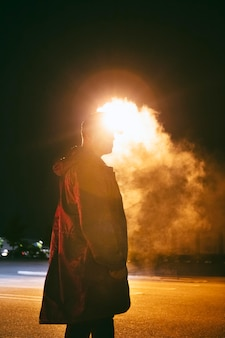 Homme de nuit dans les rues de la ville