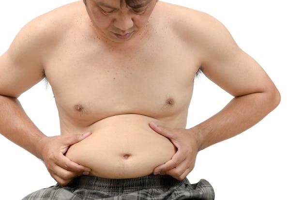 Homme obèse vérifiant son poids isolé