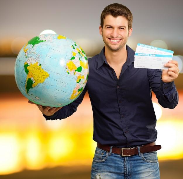 Homme obtenir un billet sur le monde