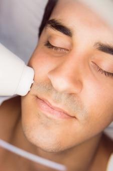 Homme, obtenir, a, massage facial, à, clinique