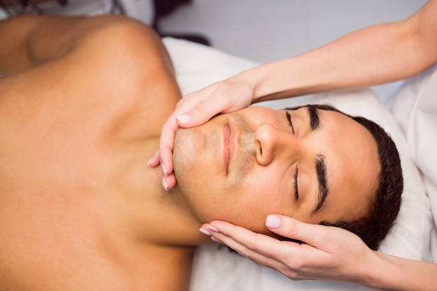 Homme, obtenir, a, massage facial, à, clinique