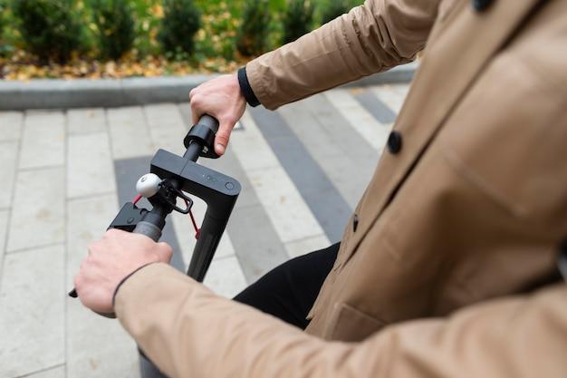 Homme occasionnel sur son scooter à l'extérieur