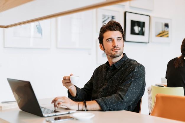 Homme occasionnel travaillant dans un café