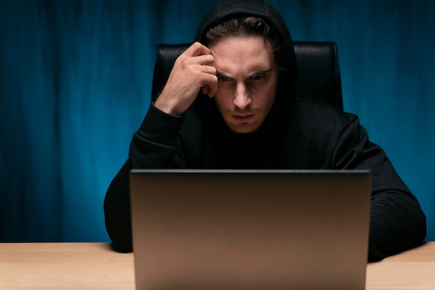 Homme occupé de coup moyen avec un ordinateur portable
