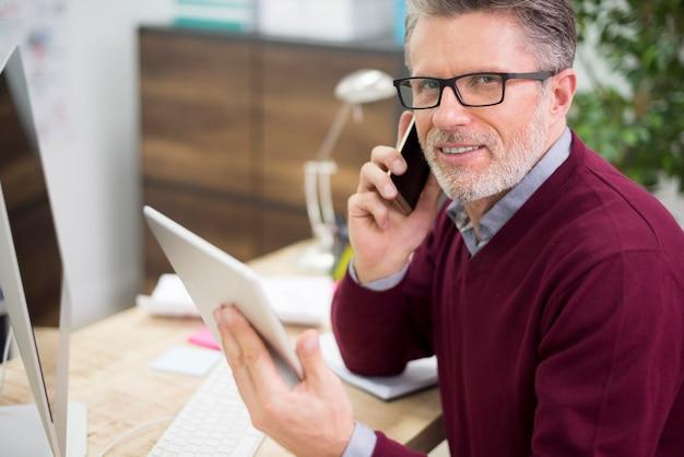 Homme occupé dans l'environnement de la technologie