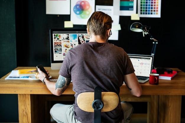 Homme occupé photographe édition concept home office