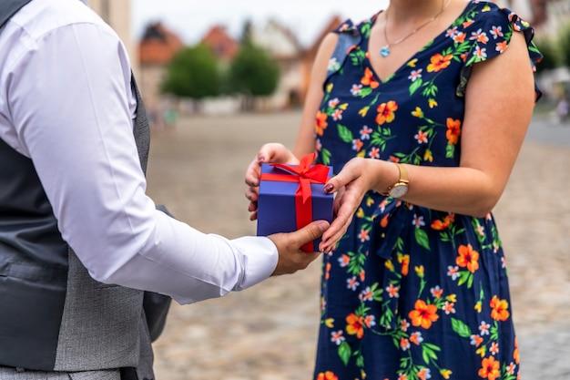 Homme offrant un cadeau à une femme